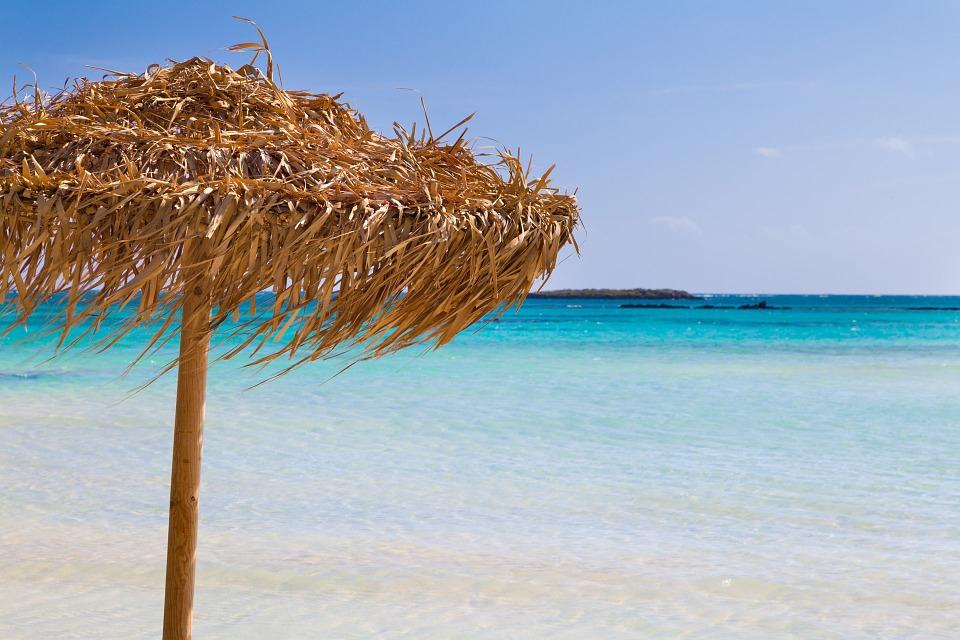 tyrkysové moře a slaměný slunečník Elafonissi