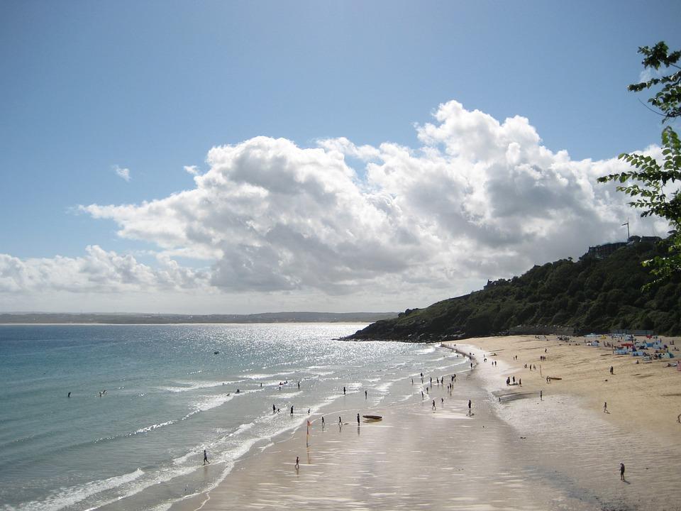 Pohled na pláž a moře u Saint Ives, Anglie