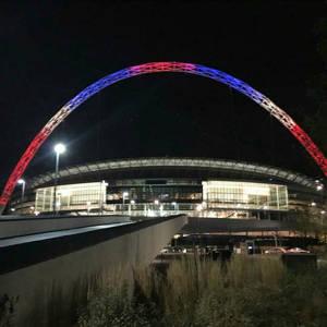 hommage arche Wembley suite aux attentats de paris