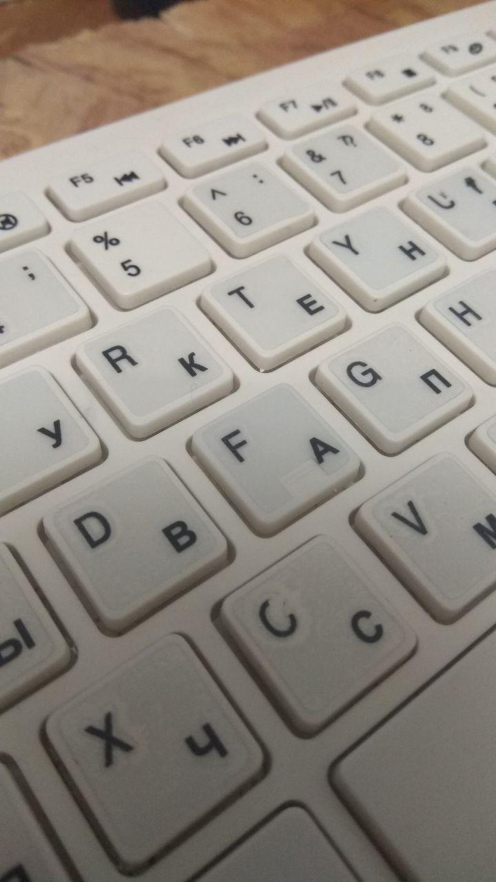 Наклейка на клавиатуру на прозрачном фоне с кириллицей
