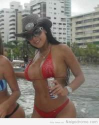 Alejandra Bordamalo tomando redbull
