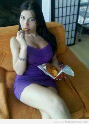 Rebeca Linares en minifalda licuendo pierna y comiendo una botanita