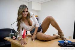 Esperanza Gómez, haciendo travesuras en la oficina del jefe