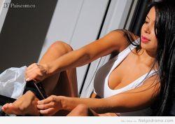 Lorena Orozco poniendose la tanguita
