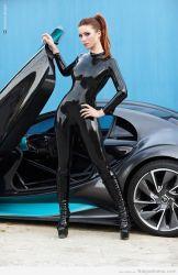 Kay Morgan en un traje completo de látex negro… sexy!
