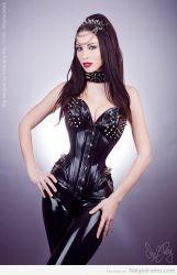 Kay Morgan en corset de cuero y látex… sexy y encantadora