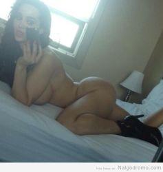 Amy Anderssen autofoto en la cama