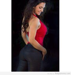 Denise Milani en jeans negros y blusa roja, divina