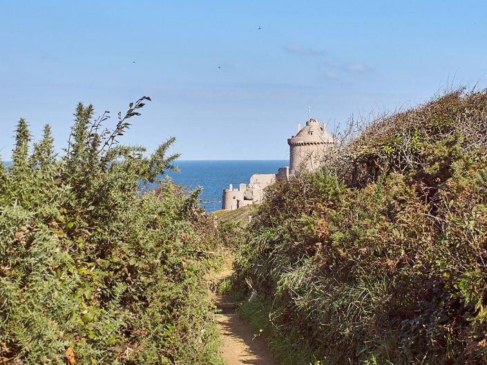 Le Fort la Latte apparaît après une petite marche sur le GR 34 - la Roche Goyon