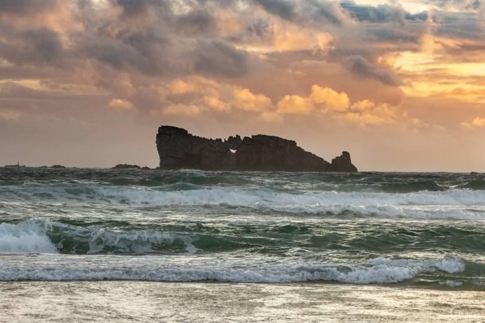 Crozon : Rocher du lion à la tombée de la nuit vue de la plage de Pen Hat