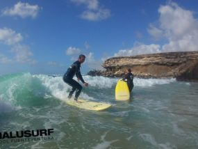 Die erste Welle surfen in La Pared, Fuerteventura, April 2017
