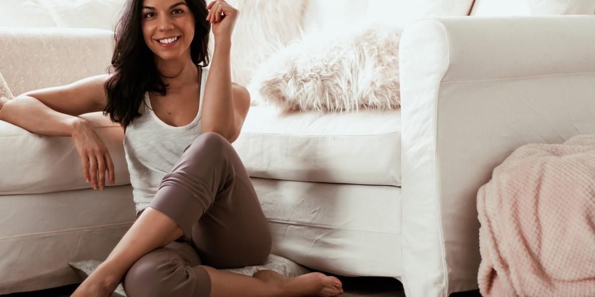 Yoga sur le canapé   15 minutes d'étirements à faire devant la télé