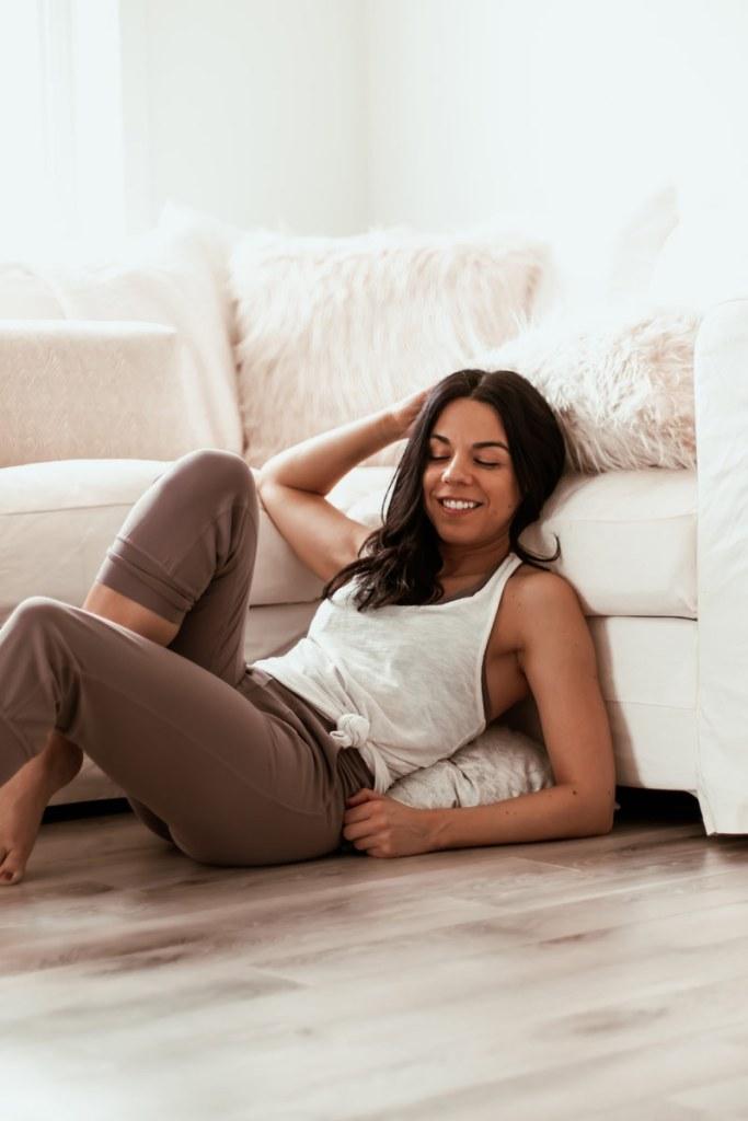 Yoga sur le canapé: 15 étirements à faire devant la télé! | Namasté & Coco Latté