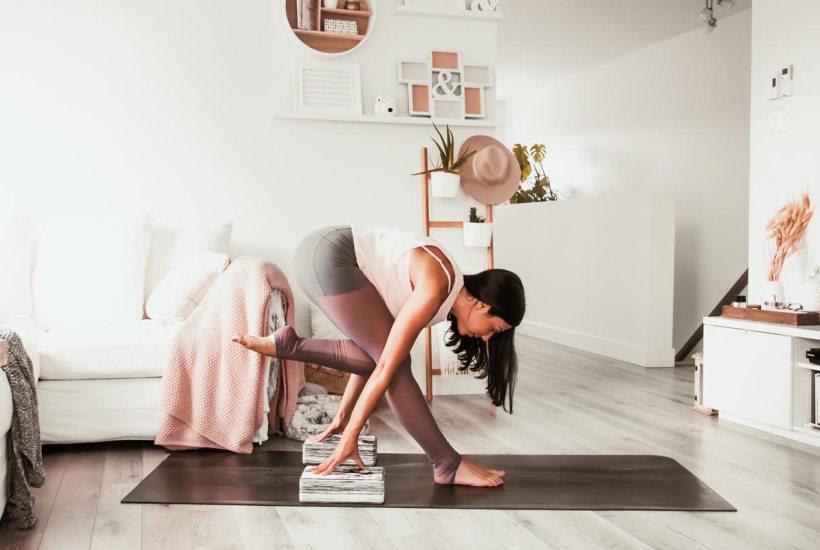 Routine de yoga pour étirer les ischio-jambiers - posture du flamant humble | Namasté & Coco Latté