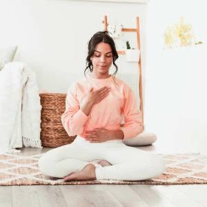 Séance de yoga restauratif pour soulager l'intestin irritable   Namasté & Coco Latté