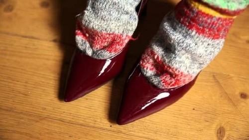 3ac49dce2512cf Збільшення розміру черевик допоможе тазик з водою, в якому потрібно  замочити взуття на один день, а після «розносити» по дому. Головне, тут  переконатися ...