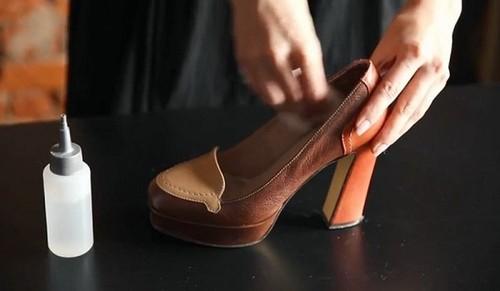 50e420325b4bac З взуттям, сильно здавлює стопи, без проблем впорається звичайний окріп -  досить «розпарити» їм тиснуть черевики або чобітки. Коли розмочені гарячою  водою ...