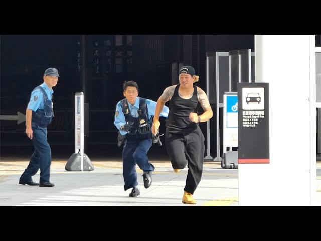 【動画】白い粉を警官の前で落として逃げるドッキリ動画にまさかの・・・