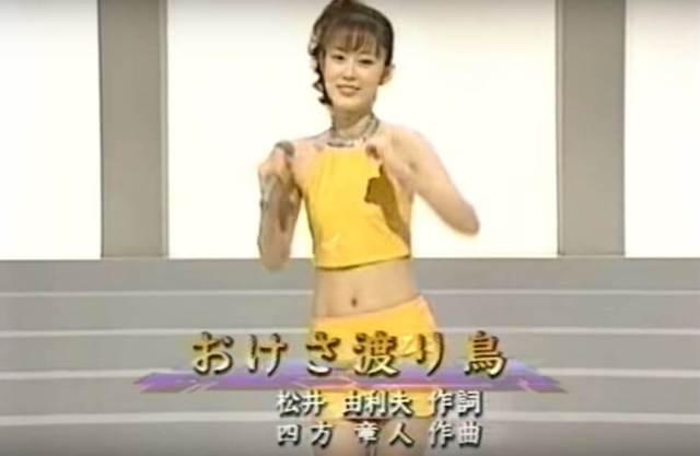 丘みどりの衝撃画像が・・ヘソ出しミニスカートで演歌を熱唱していた!!