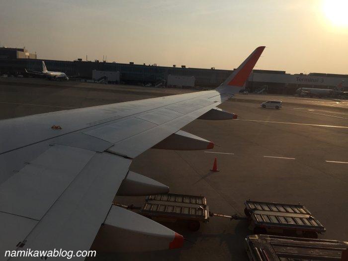 ジェットスター機内からの成田空港の様子