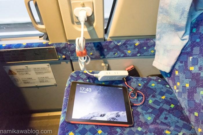 京成高速バス「東京シャトル」でタブレットを充電中