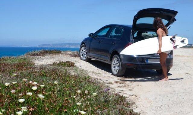 サーファーと車