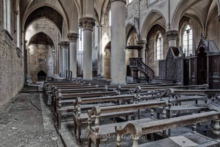 Blue Christ Church, kerkbankjes, urbexlocatie