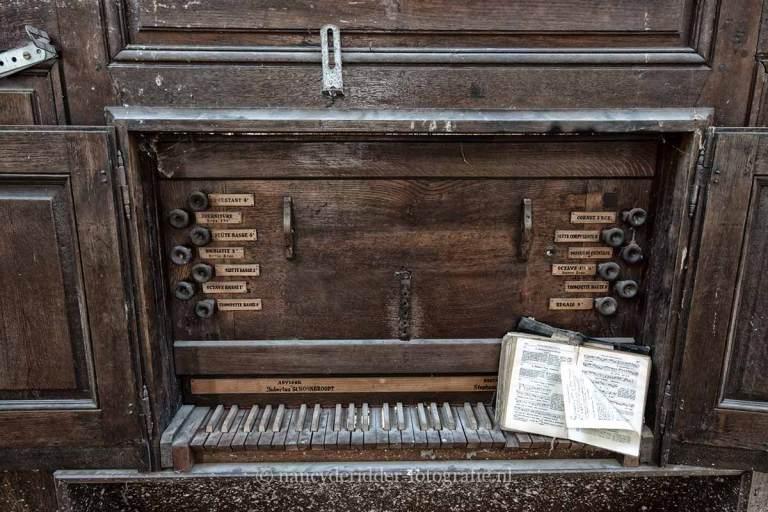 Blue Christ Church, piano, urbexlocatie