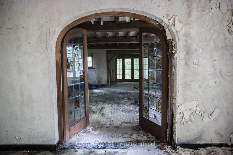 Villa SS, Urbexlocatie, glas in lood ramen, verlaten