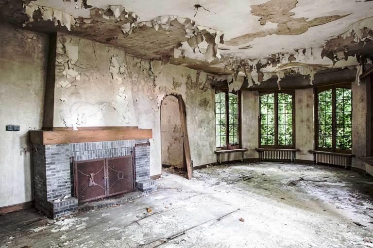 Villa SS, woonkamer, bladders aan de muur, Urbexlocatie
