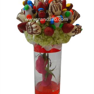 Arreglo frutal con M&M y roas rojas