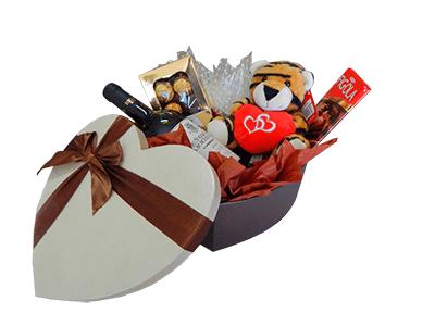 Caja de regalo en forma de corazón con chocolates