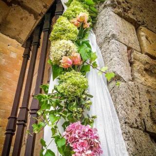 Arreglo floral para entrada de boda