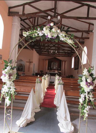 Decoración de iglesia para boda arco y sillas