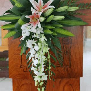 Arreglo para podium con orquídeas y lirios