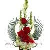Arreglo floral con decoración en forma de corazón