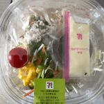 くずして食べるパリパリ麺のサラダ