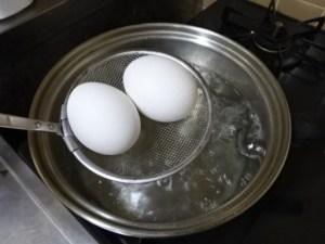 お湯にたまごを入れる