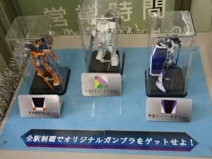 中野駅、三体のガンプラ展示