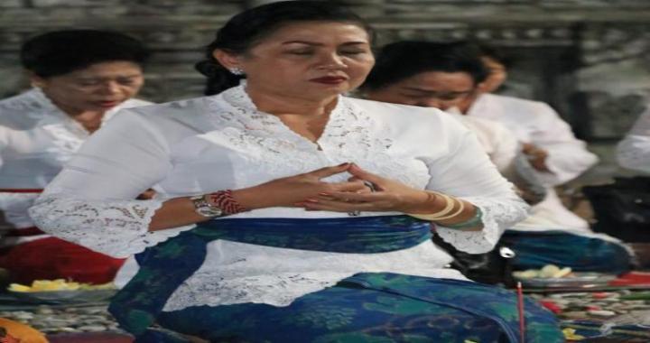 Ny. Putri Koster: Jangan Lupakan Sembahyang Meski Tugas Luar Bali.
