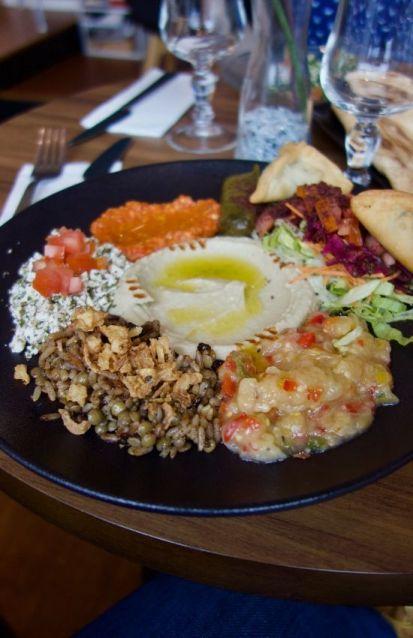 assortiment de mezze libanais sur une assiette noire