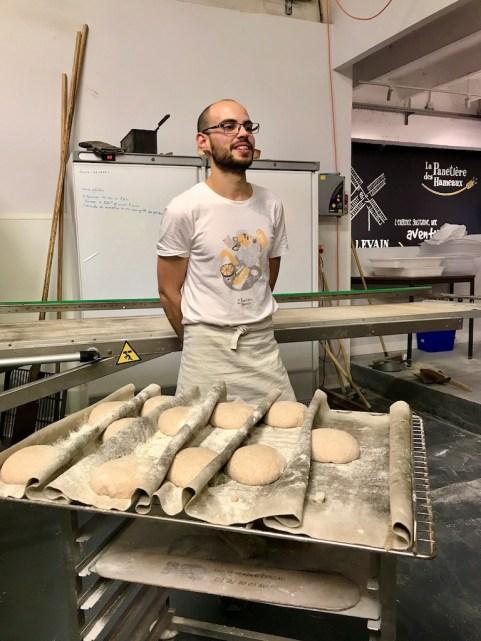 patons de pain sur une plaque