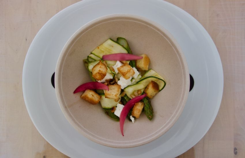 asperges vertes rôti, fine lame de courgette marinée, pickles d'oignon rouge, pesto aile des ours