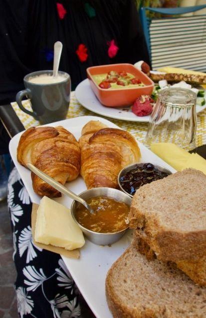 pain, croissants, beurre et confiture
