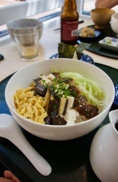 bol de tosa somen, nouilles froides au champignon shiitake, tofu et légumes d'été