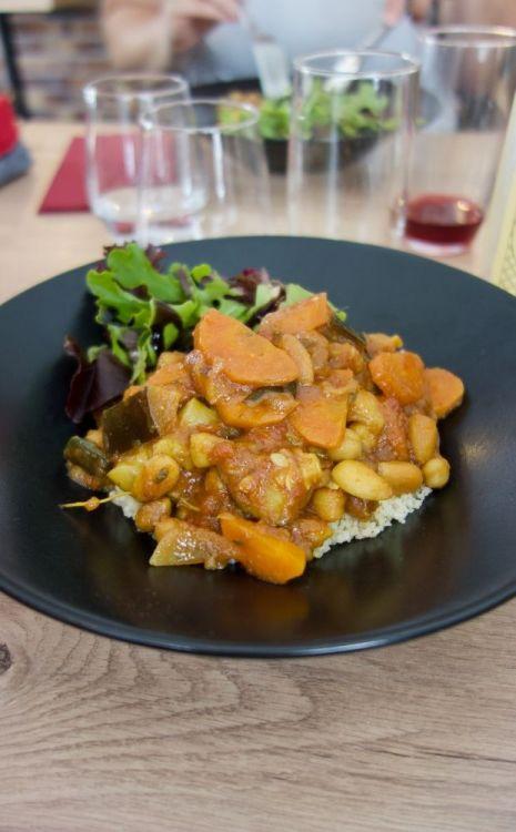 tajine de légumes, épices ras el hanout, concassée de tomates, figues séchées, amandes torréfiés