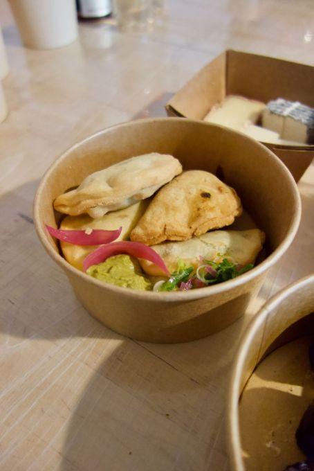 empanadas au pois chiche, épinard et curry, houmous et oignons rouges en pickles
