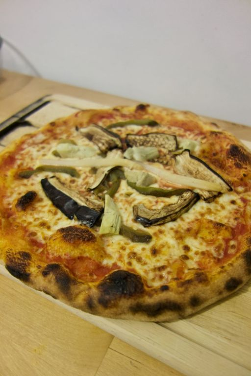 pizza tomate, mozzarella, artichauts, poivrons, aubergines, asperges, origan