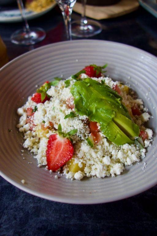 quinoa péruvien, feta, avocat, fraises et mangue