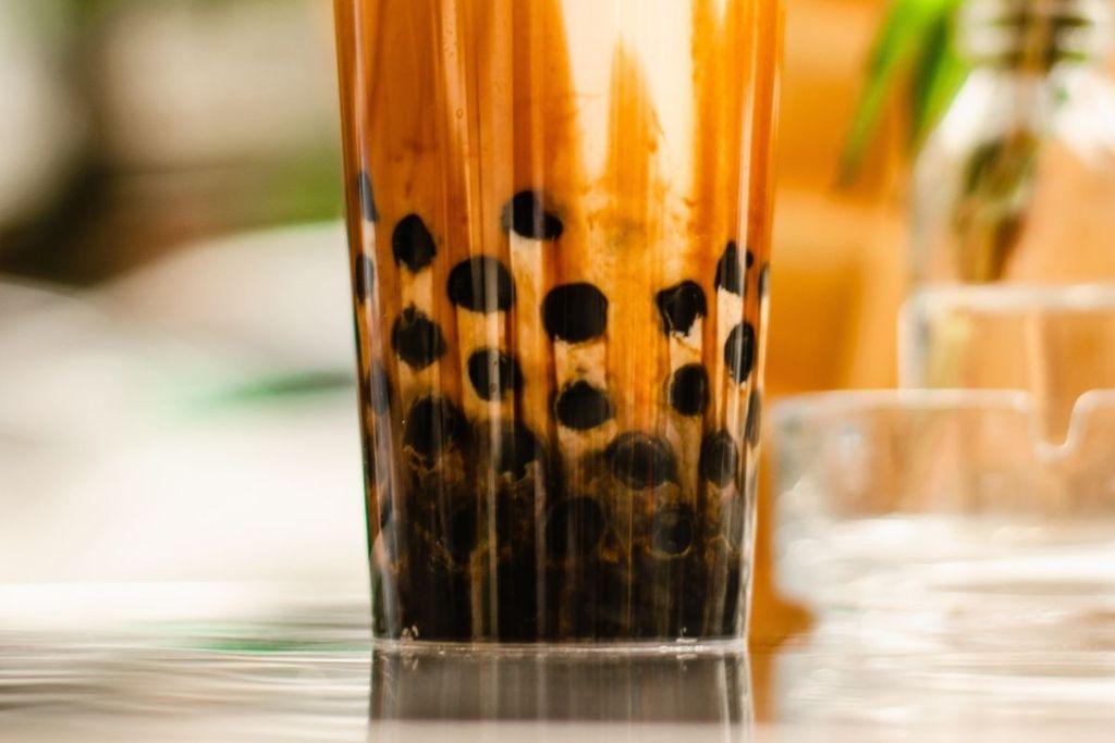 perles de tapioca au brown sugar dans un bubble tea